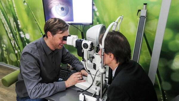 ©  Genaueste Sehmessungen bei Optik Demmler in Bamberg mit Diplom Augenoptiker/Optometrist (FH) Christian Vogel. Bild: WVAO